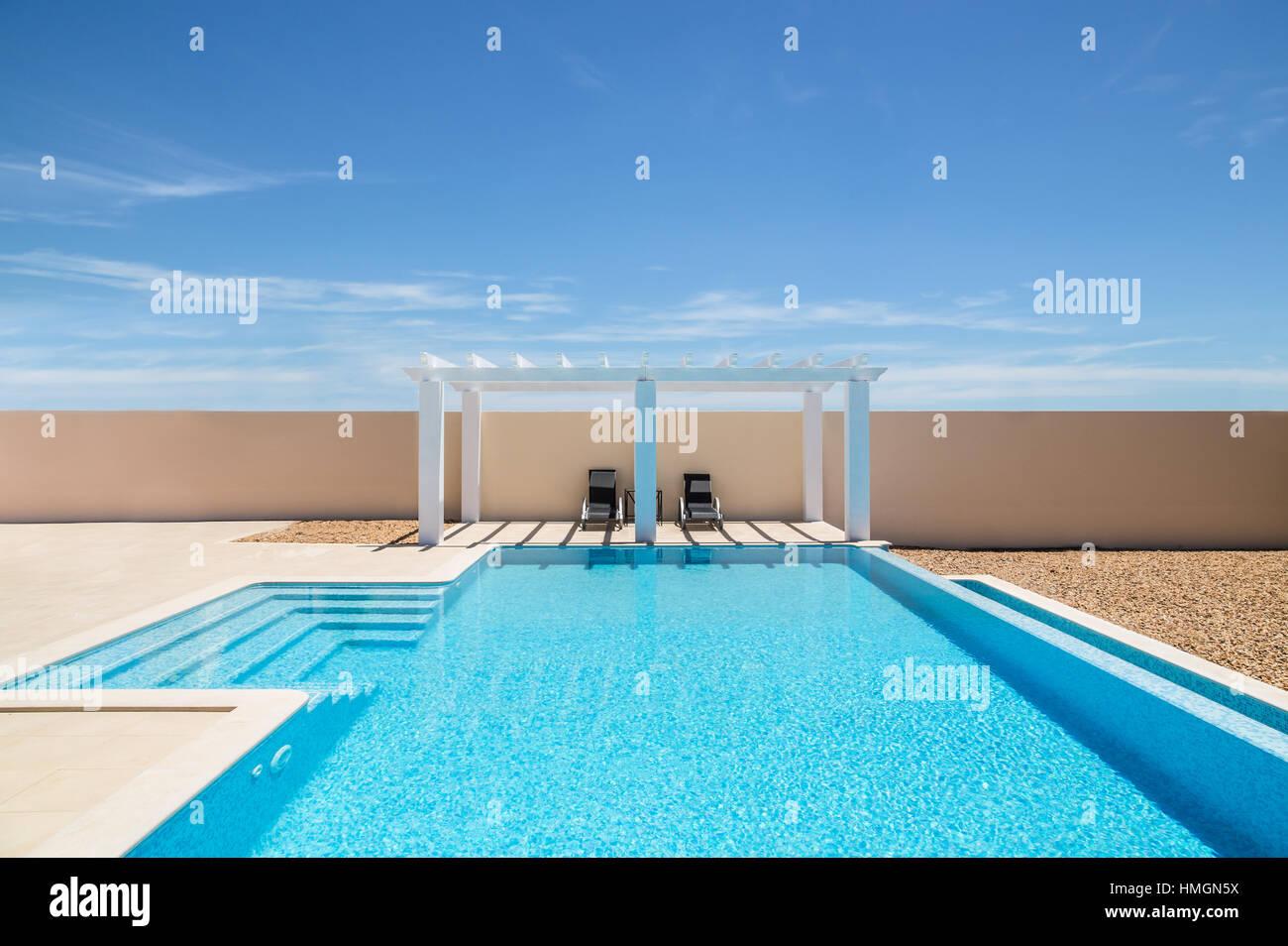 Bianco pergola a bordo piscina gazebo accanto ad una piscina