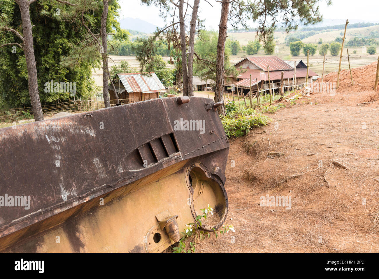 Guscio del serbatoio russo nei pressi di Ban Nakho village, Xieng Khuang Provincia, Laos Foto Stock