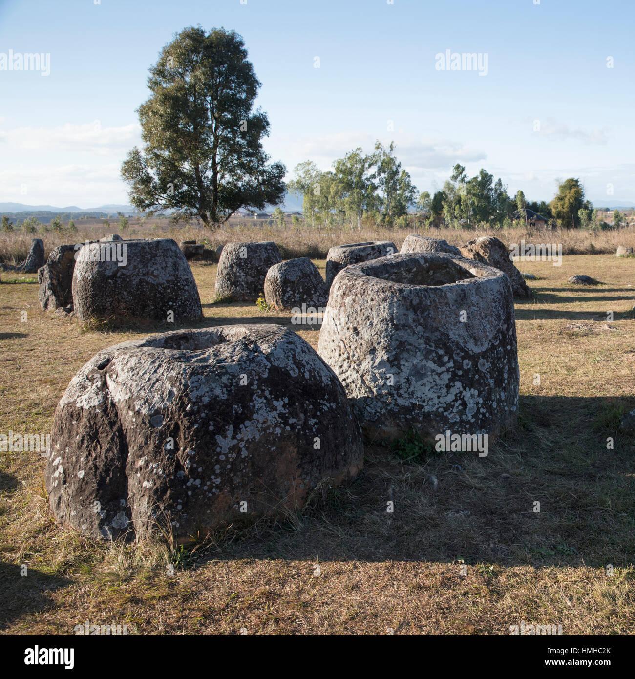 Antichi vasi in pietra nella pianura di vasi, vicino Phonsevan, Xiang Khouang Provincia, Laos Foto Stock