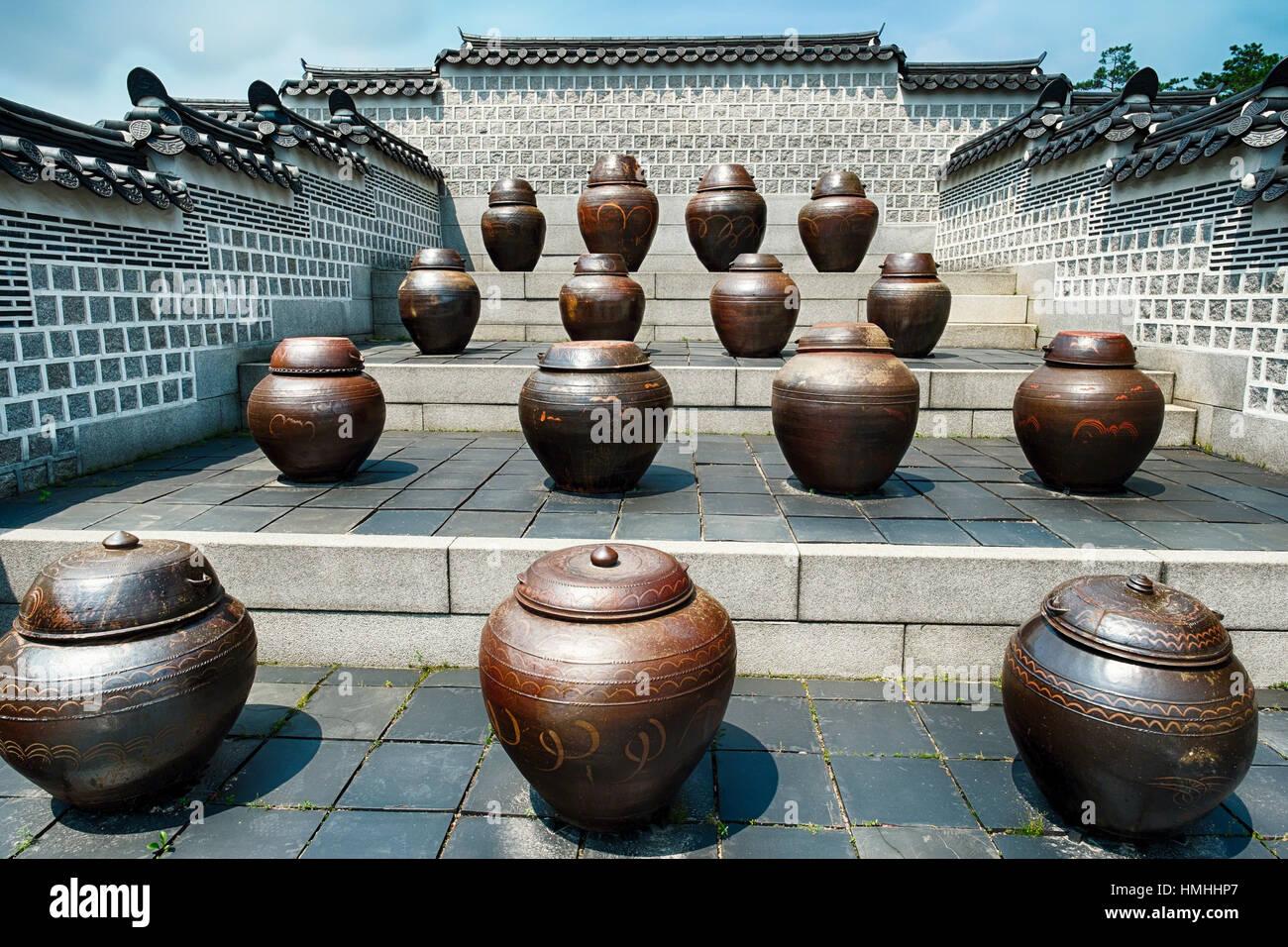 Creta grandi vasi di fermentazione a Jango in Gyeongbokgung Palace Immagini Stock