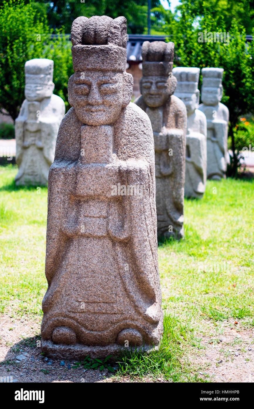 Fila di Muninseok (pubblico ufficiale) di protezione statue, National Folk Museum, Seoul, Corea del Sud Immagini Stock