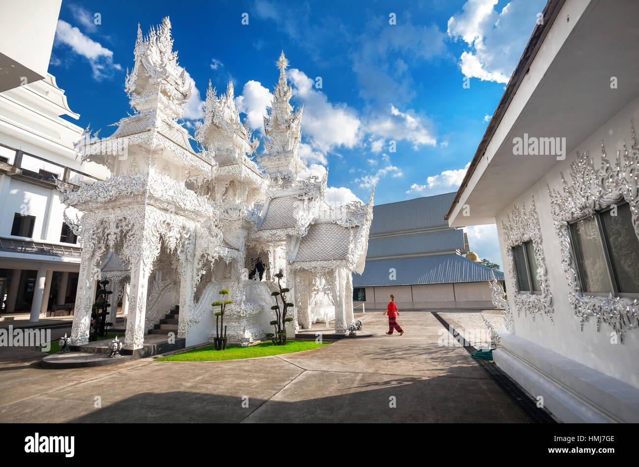 Donna in camicia rossa in Wat Rong Khun il tempio bianco in Chiang Rai, Thailandia Immagini Stock