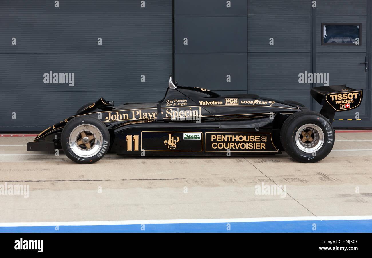 Greg Thornton, 1982 91/5 Lotus auto di Formula Uno, originariamente guidato da Elio de Angeles, al di fuori del box internazionale a Silverstone Foto Stock