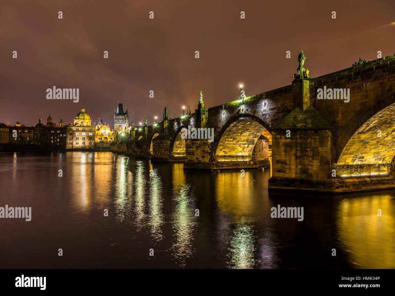 La Moldavia, il Ponte di Carlo, la Torre del Ponte, scena notturna, il centro storico di Praga, Boemia, Repubblica Foto Stock