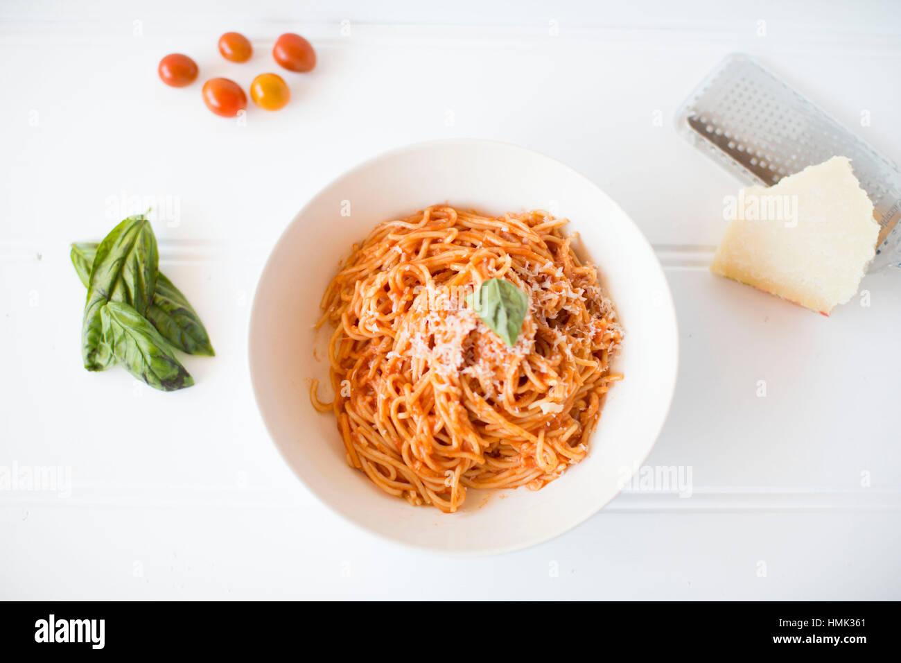Pomodoro Pasta laici piatta su sfondo bianco Immagini Stock