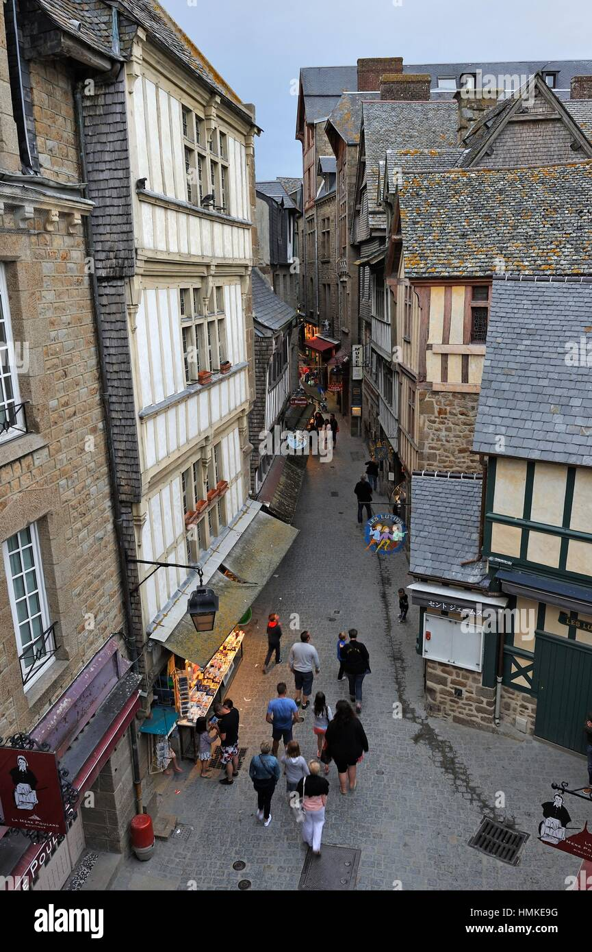 Strada principale all'interno delle pareti di Mont-Saint-Michel ...