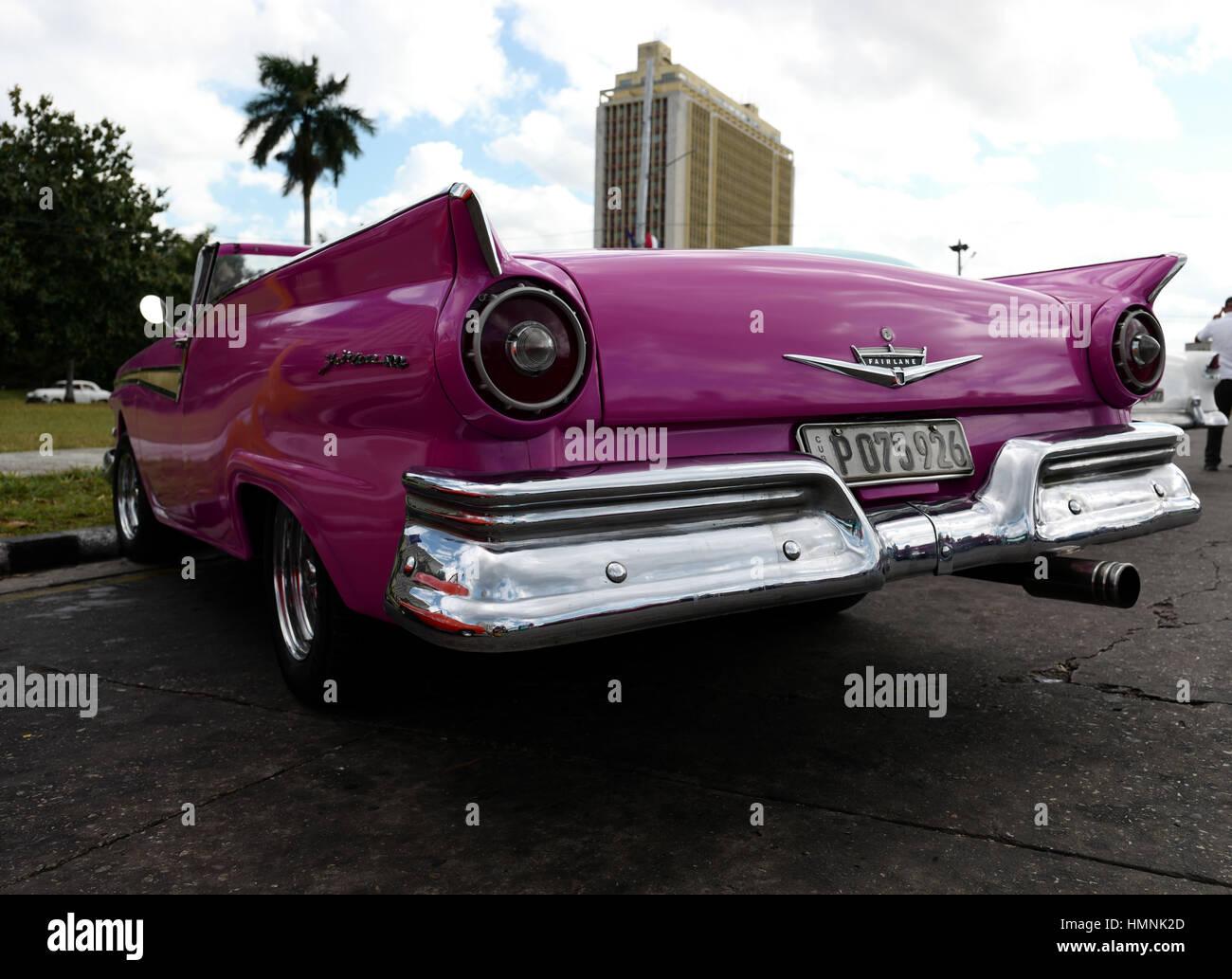 Cuba Avana strada strada strada vecchia auto fairlane ruote Ruote rosa turist caribe tropical paraurti del cofano Immagini Stock