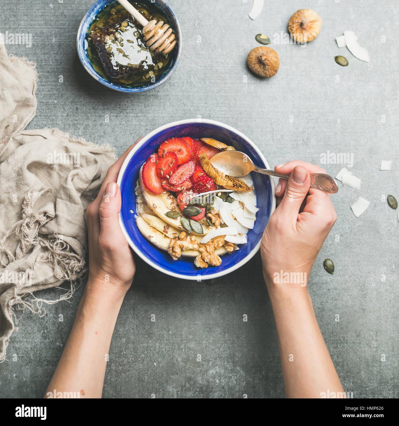 Mangiare sano breakfast coppa sopra di cemento grigio sfondo Immagini Stock