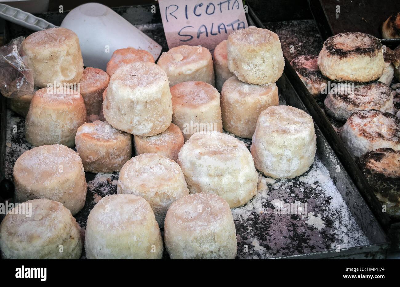 Ricotta salata sul mercato in stallo, Palermo, Sicilia Immagini Stock