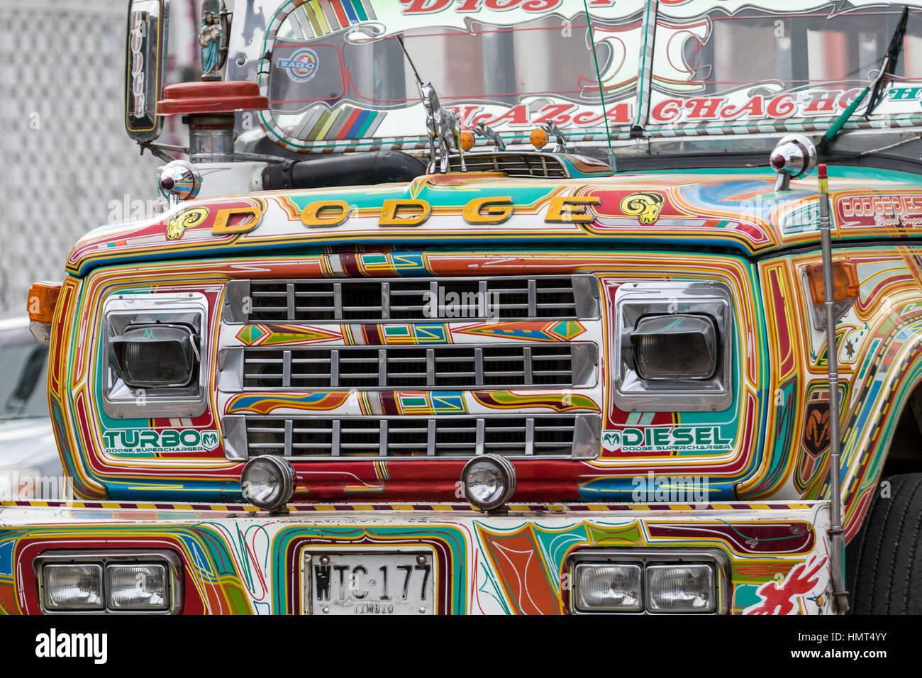6 settembre 2016 Silvia, Colombia: autobus dipinto di colori luminosi e i mezzi di trasporto pubblici Immagini Stock