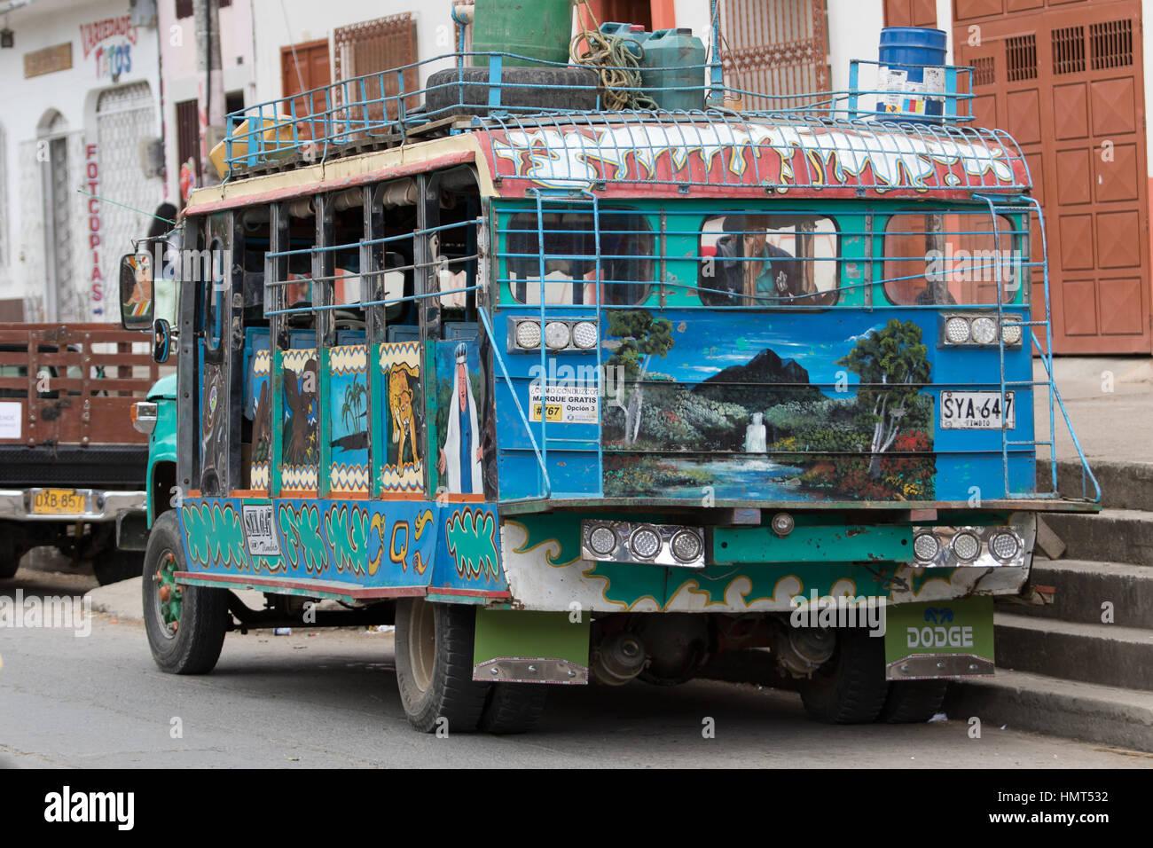 6 settembre 2016 Silvia, Colombia: vecchia scuola-bus dipinte in colori luminosi sono usati a basso budget del trasporto Immagini Stock