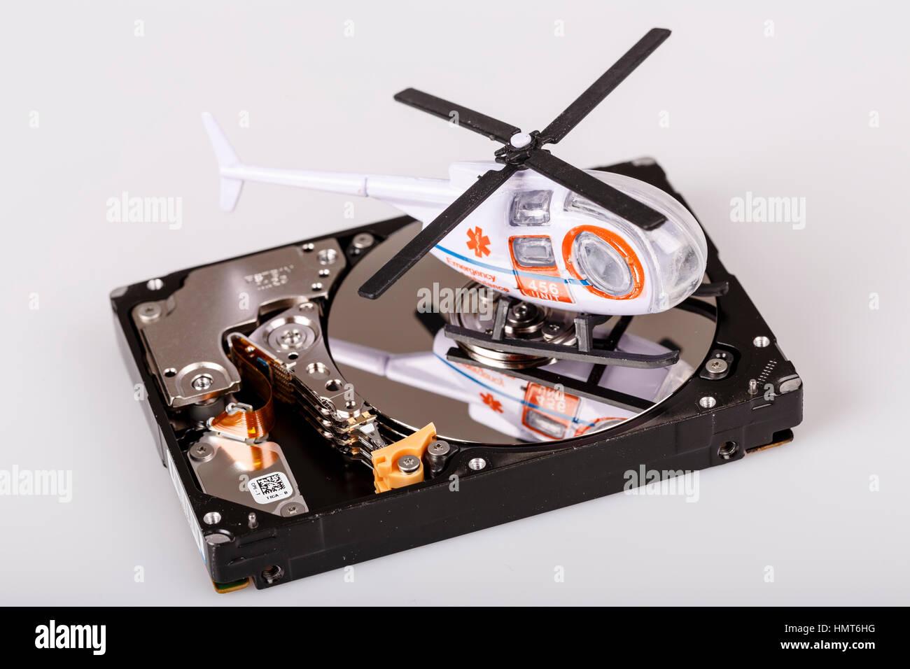Ambulance elicotteri o il tritatutto su hard disk o hdd - backup dati, sicuro e concetto di salvataggio Immagini Stock