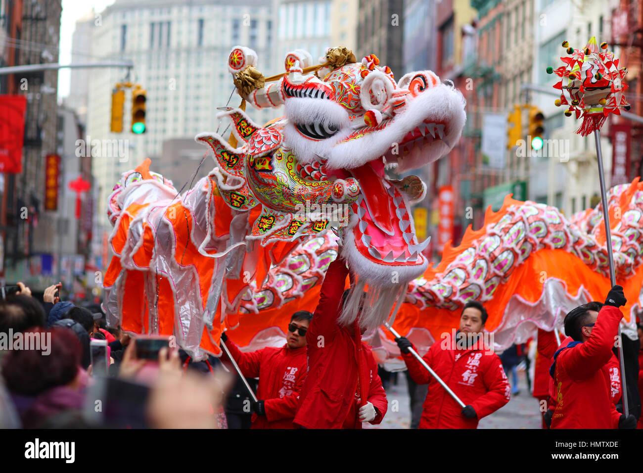New York, Stati Uniti d'America. 5 febbraio, 2017. La Wan Chi Ming Hung Gar dragon dance team esegue in ANNUALE Immagini Stock