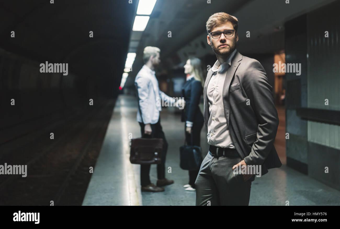 La gente di affari in attesa per la metropolitana il trasporto Immagini Stock