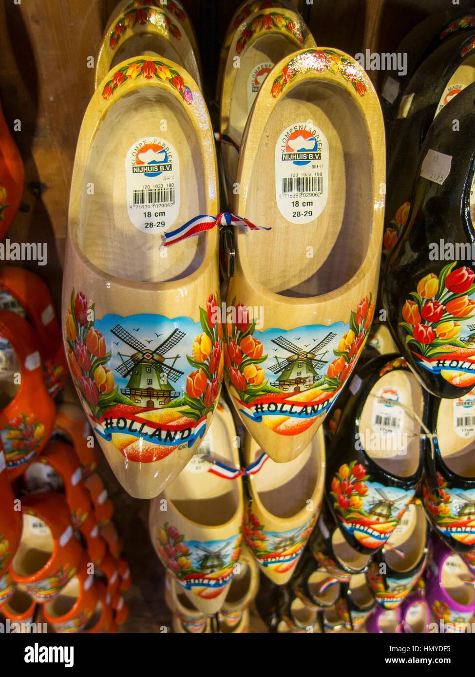 Olandese di zoccoli di legno in colori luminosi Immagini Stock