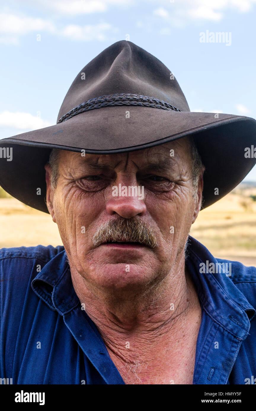 Il alterate le caratteristiche di un agricoltore che indossa un episteme Slouch cappello. Immagini Stock