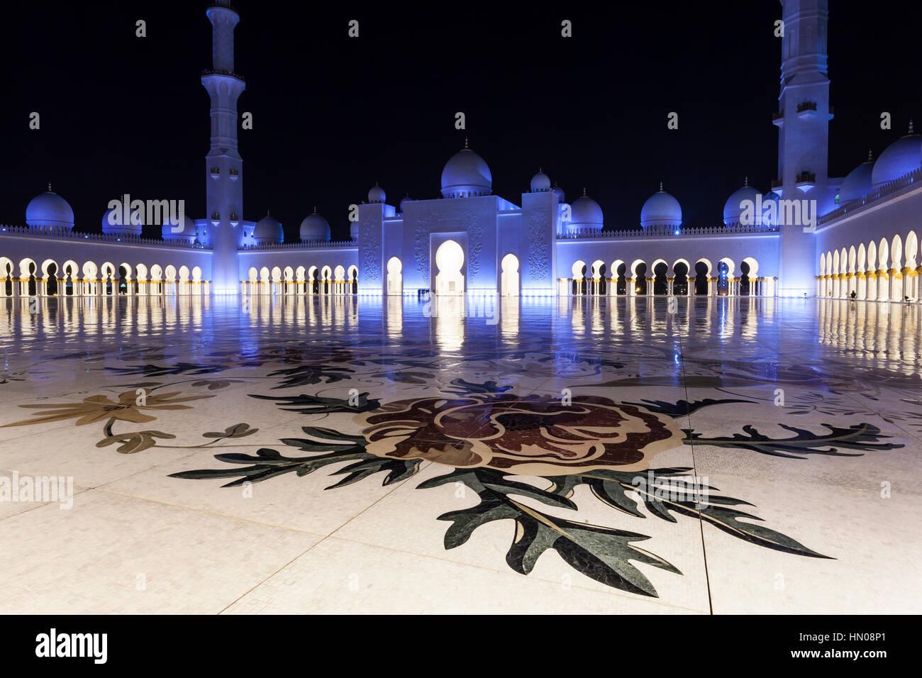 Sheikh Zayed grande moschea illuminata di notte. Abu Dhabi, Emirati Arabi Uniti, Medio Oriente Immagini Stock