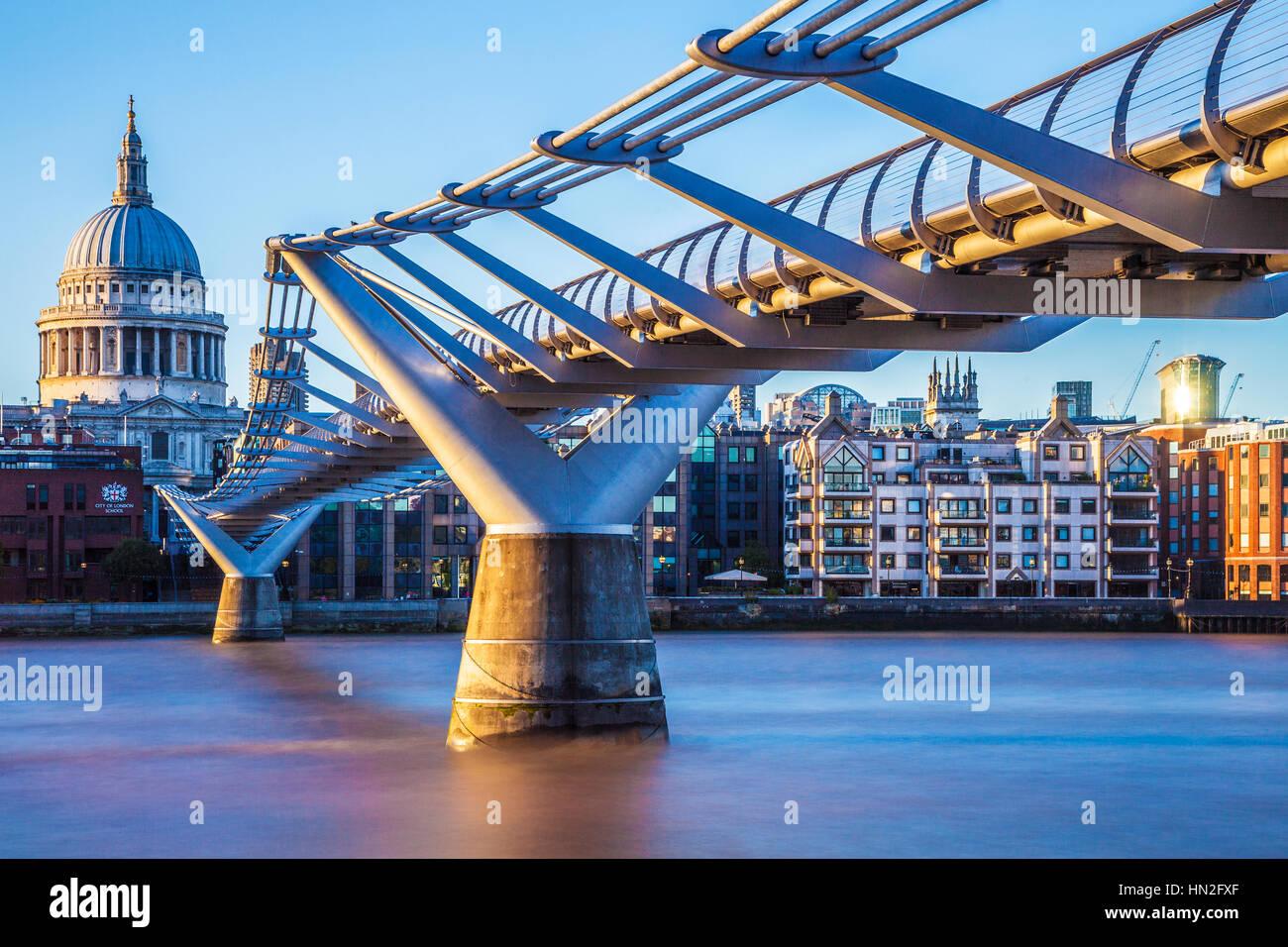 Luce della Sera cade sul Millennium Bridge e la Cattedrale di San Paolo a Londra. Immagini Stock