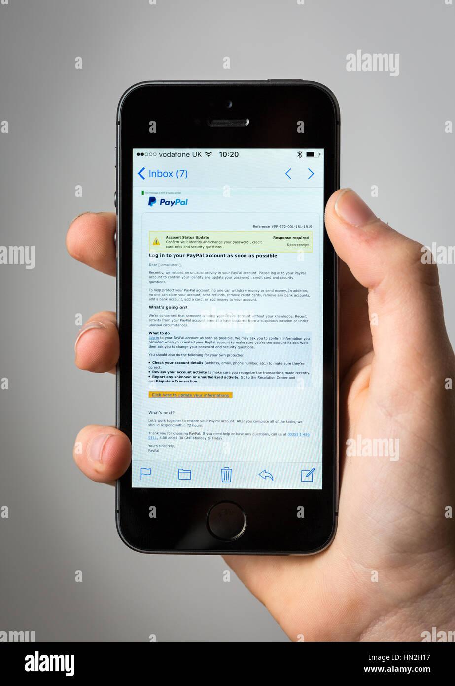 Un messaggio di phishing mail fingendo di essere da Paypal su un telefono cellulare Immagini Stock