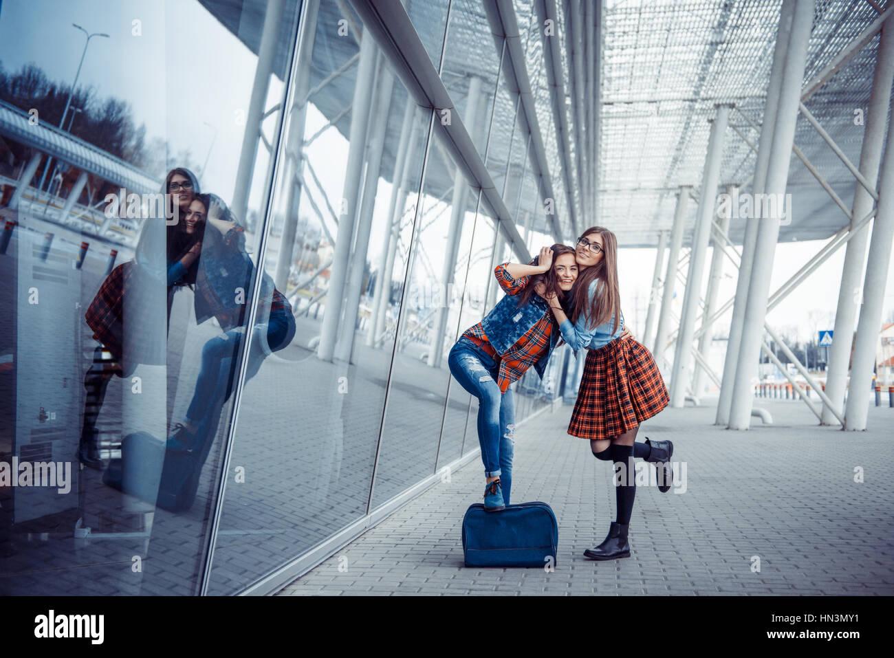 Le ragazze del divertimento e felice quando si sono incontrati presso l'aeroporto.Arte proc Immagini Stock