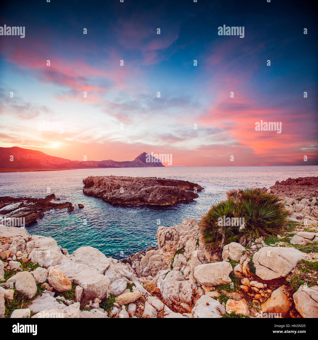 Costa del mare al tramonto Immagini Stock