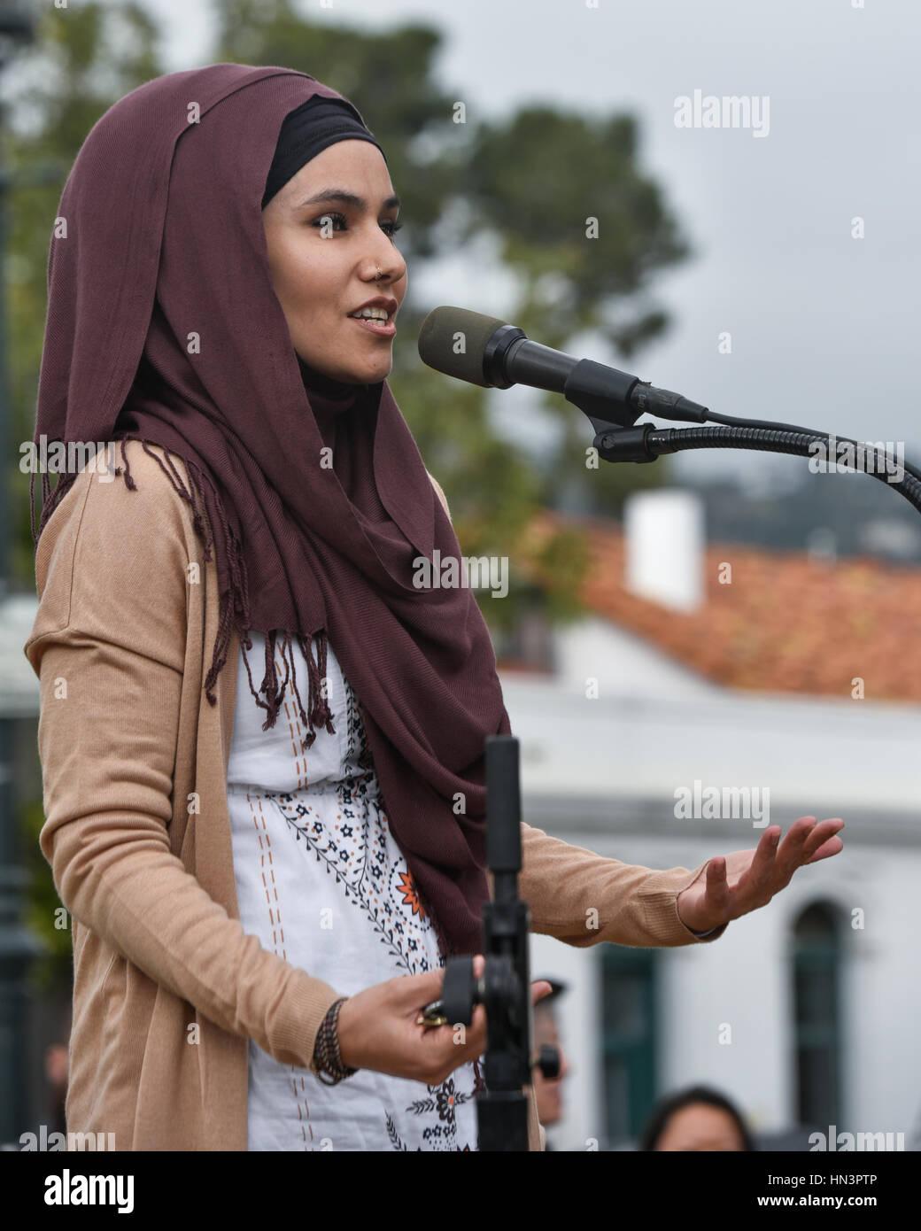 Organizer, Aida Jaan, della Beata Tree Foundation, parlando a un musulmano Anti Divieto di viaggiare nel rally di Immagini Stock