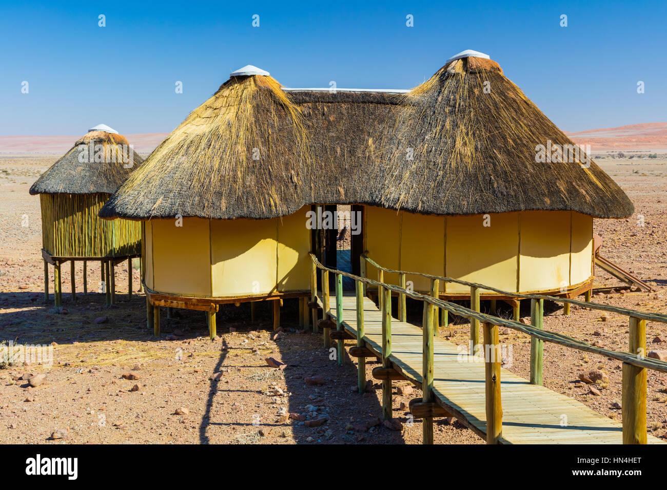 Sossus Dune Lodge è accoccolato contro le basse montagne in Namib-Naukluft National Park in Namibia. Immagini Stock
