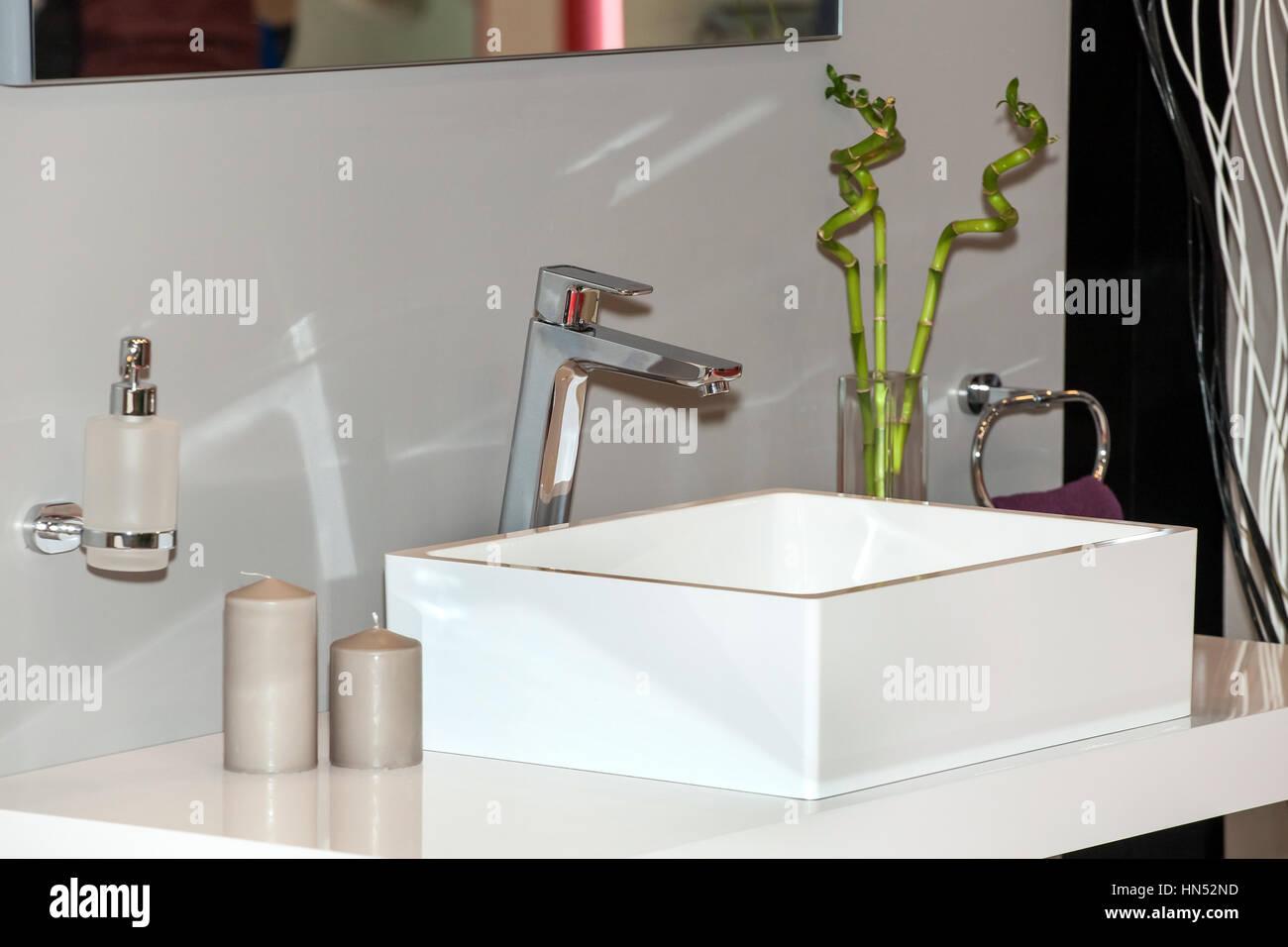 Classico bagno in ceramica lavandino con rubinetto cromato foto immagine stock 133492281 alamy - Rubinetto lavandino bagno ...