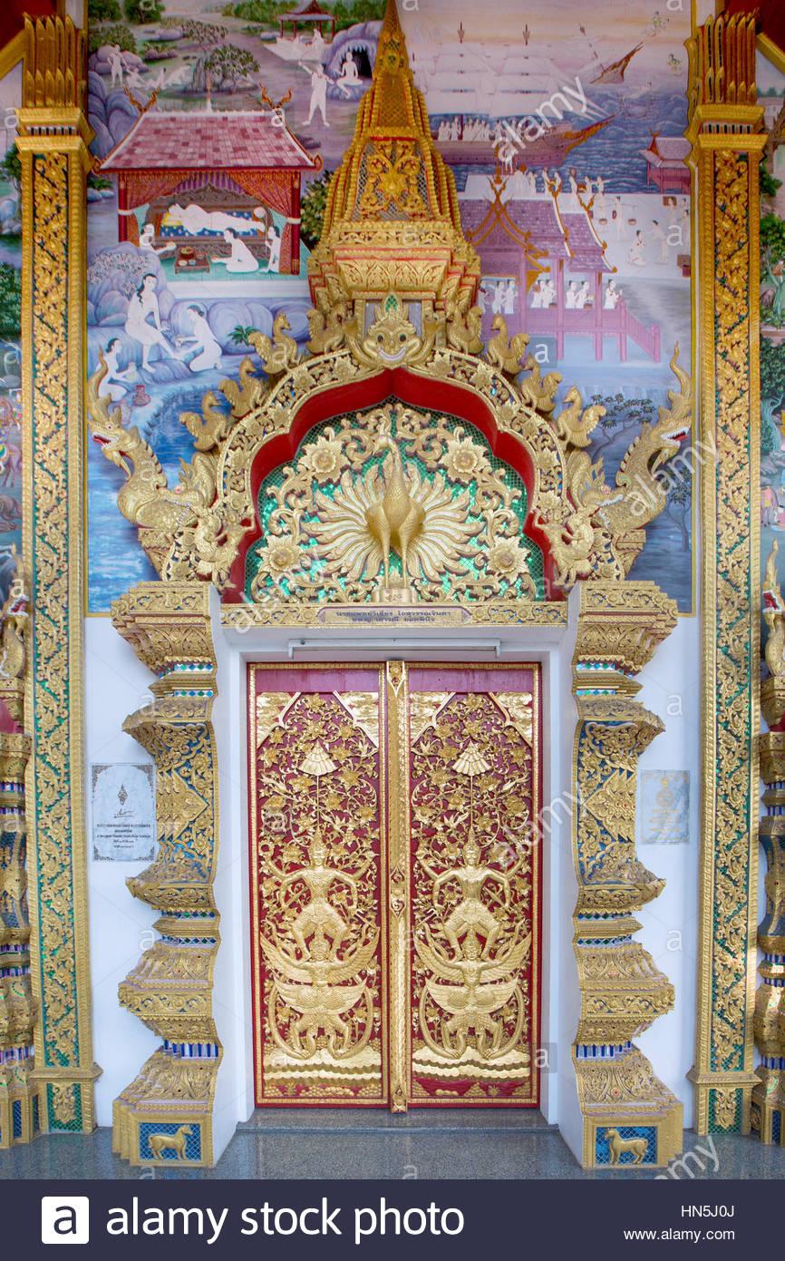 Dettaglio di un gusto porta del tempio di Wat Phra That Doi Kham, tempio del Golden Mount, Chiang Mai, Thailandia Immagini Stock
