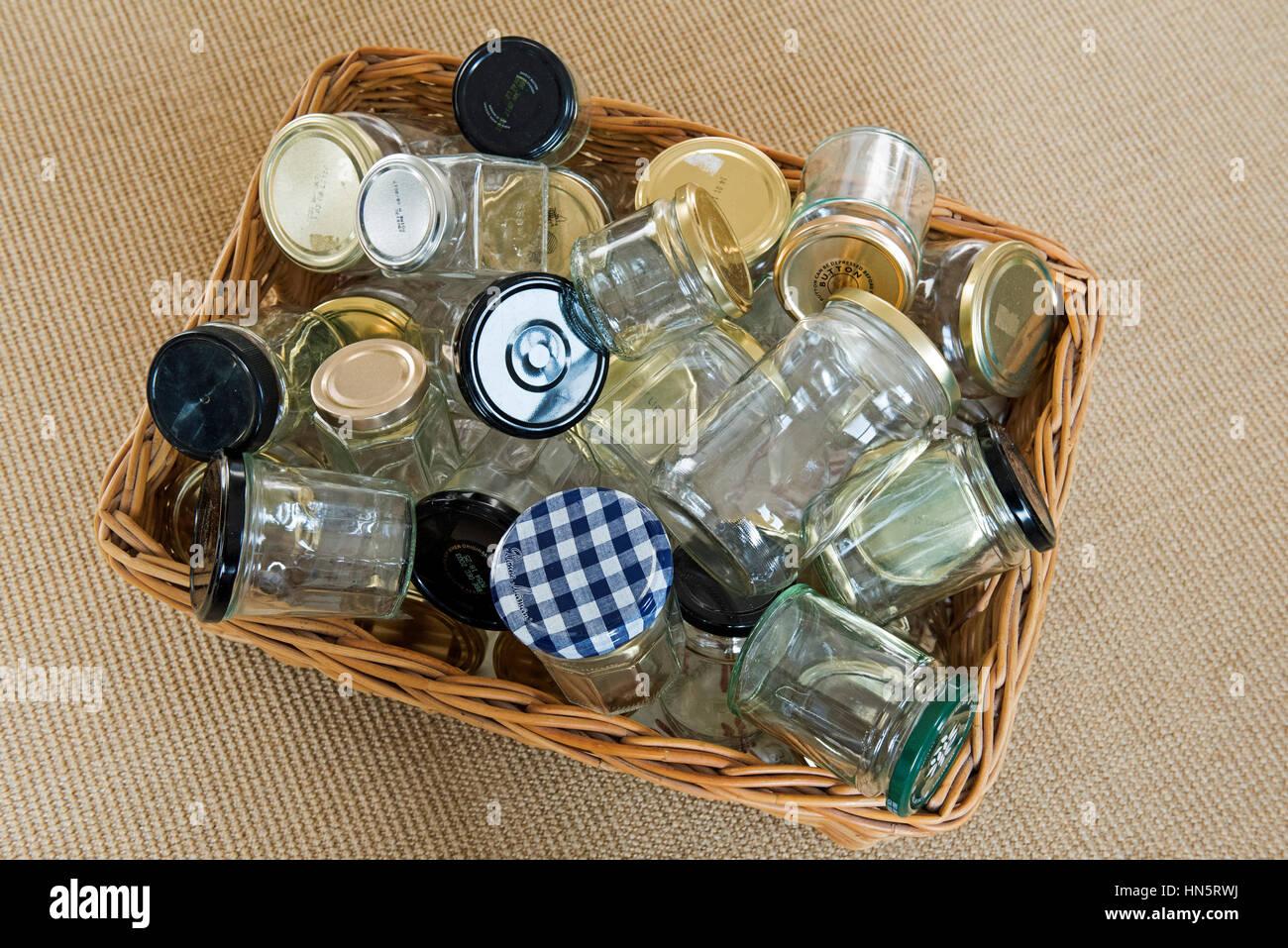 Svuotare vasetti di vetro nel cestello lavato e pronto per il riutilizzo, di stoccaggio o di riciclaggio. Immagini Stock