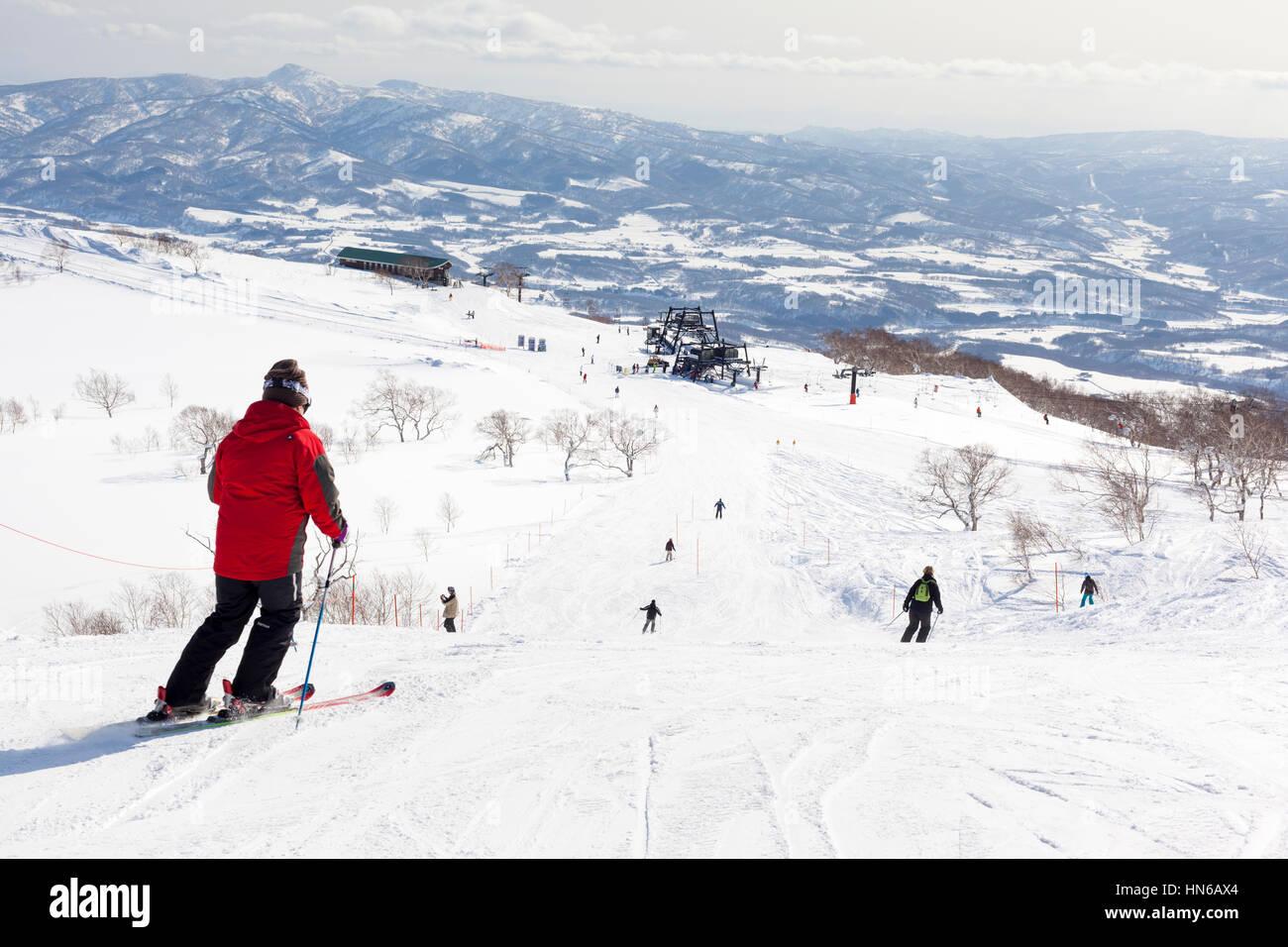 Niseko, Giappone - 4 Marzo 2012: ampia vista che mostra gli sciatori, piste e impianti di risalita del Monte Annupuri Immagini Stock