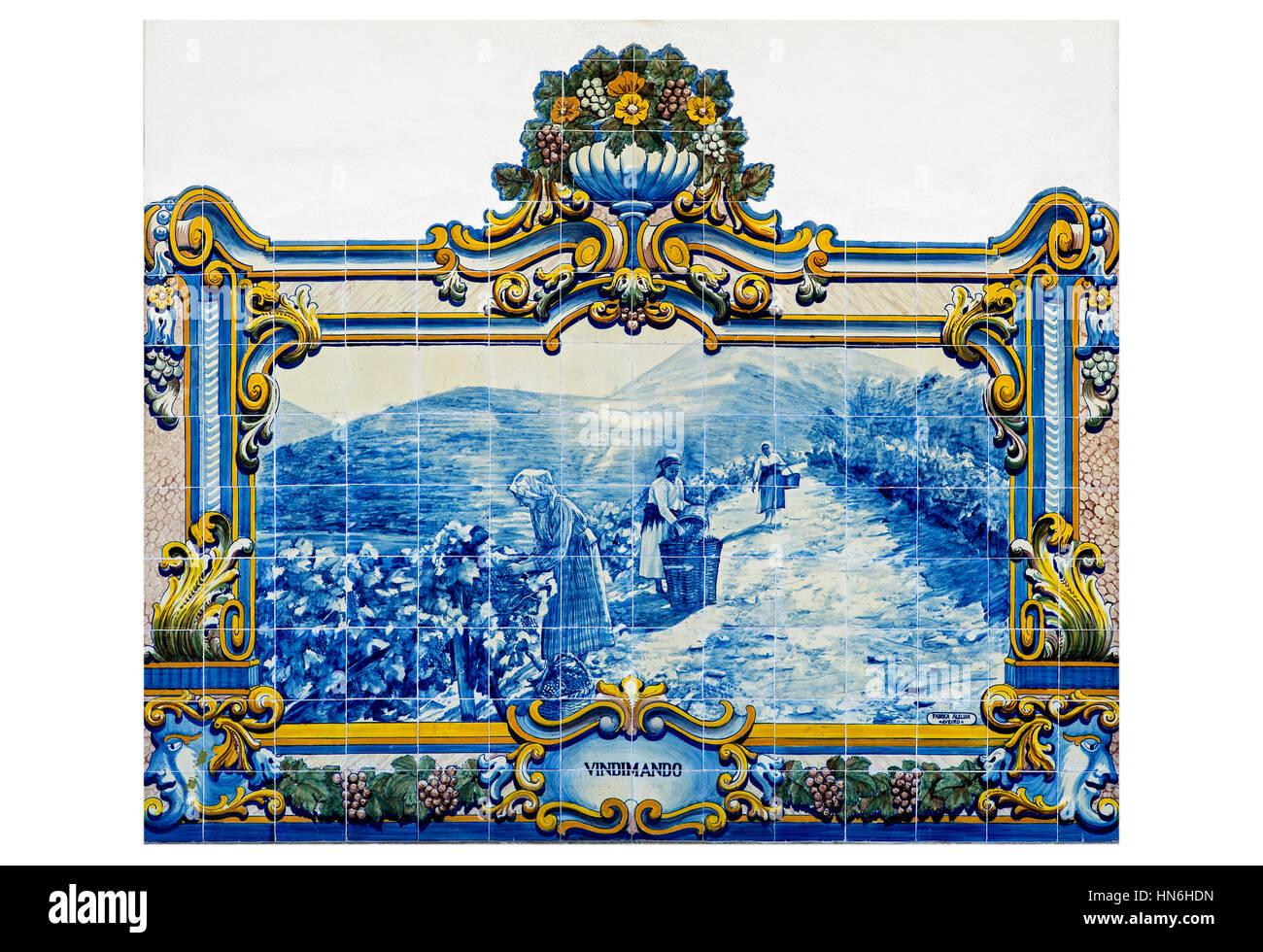 Azulejo, piastrelle di ceramica con la vendemmia motif, Regione dei Vini di Alto Douro, Pinhao, Portogallo Immagini Stock