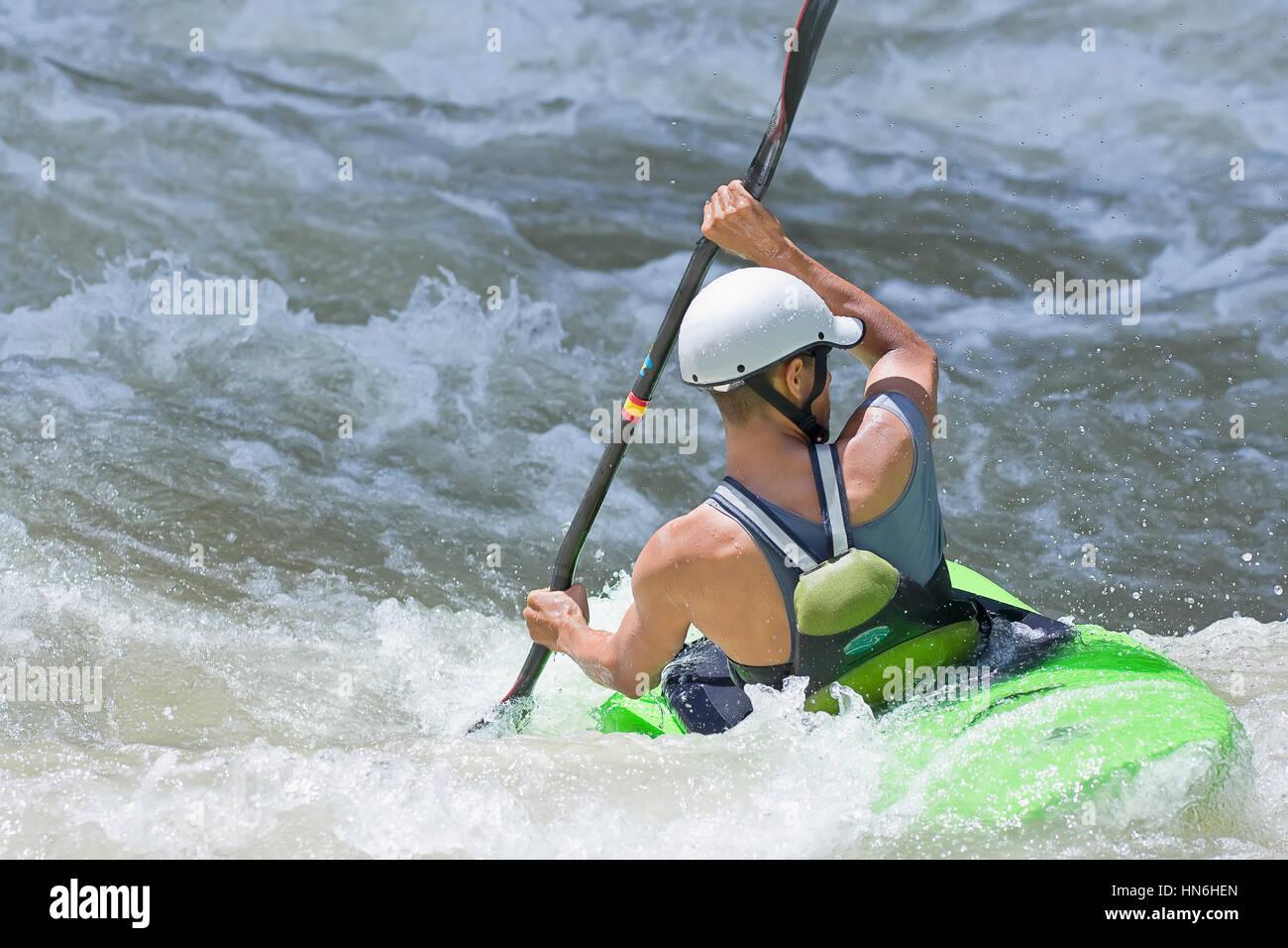 Kayak surf in whitewater, fiume Pacuare, turrialba, Costa Rica Immagini Stock