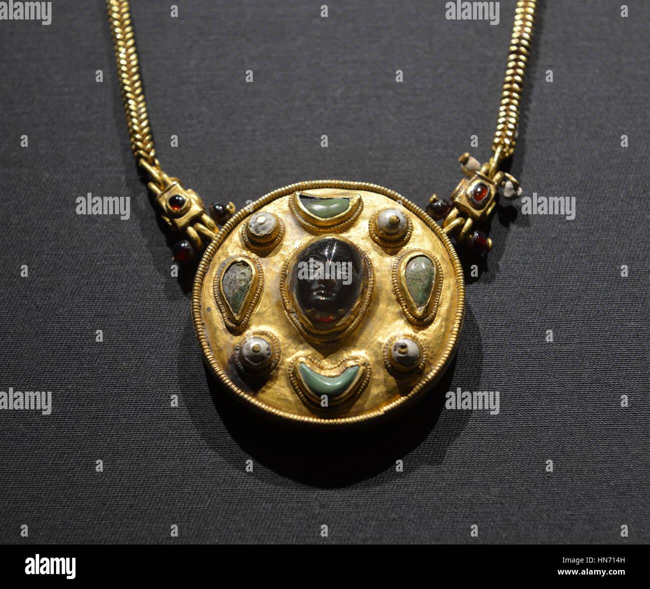 Collana con cameo. Thaj, Tell al-Zayer. I secolo d.c. Oro, perle,turchese e ruby.Museo Nazionale di Riyadh. Immagini Stock