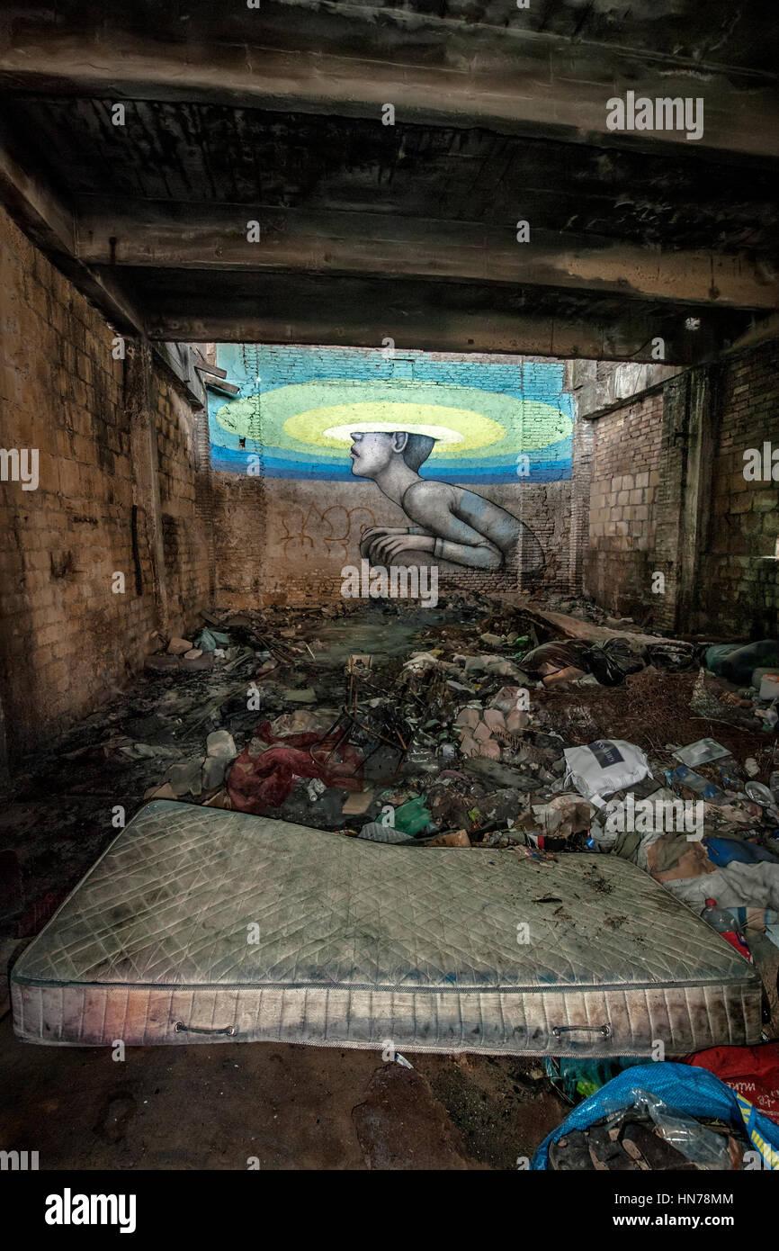 Un materasso nella spazzatura simboleggia il decadimento della navata centrale (l'unico con il tetto intatto) Immagini Stock