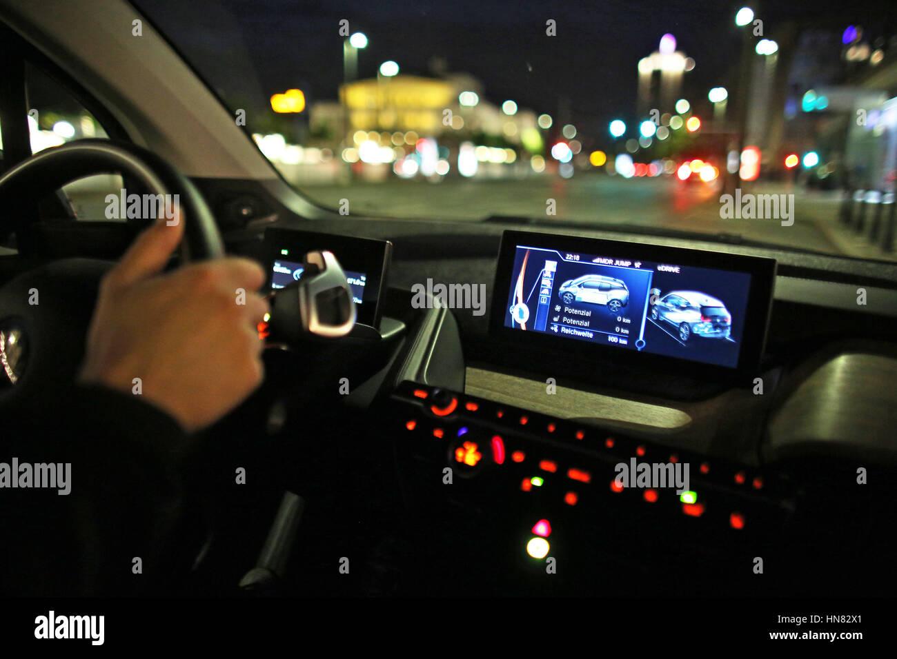 Leipzig, Germania. 19 Maggio, 2016. Un elettrico BMW i3 aziona attraverso il centro della città di Lipsia, Immagini Stock