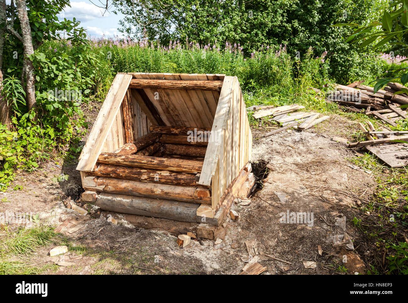 Nuova costruzione in legno e acqua nel villaggio russo in estate Immagini Stock