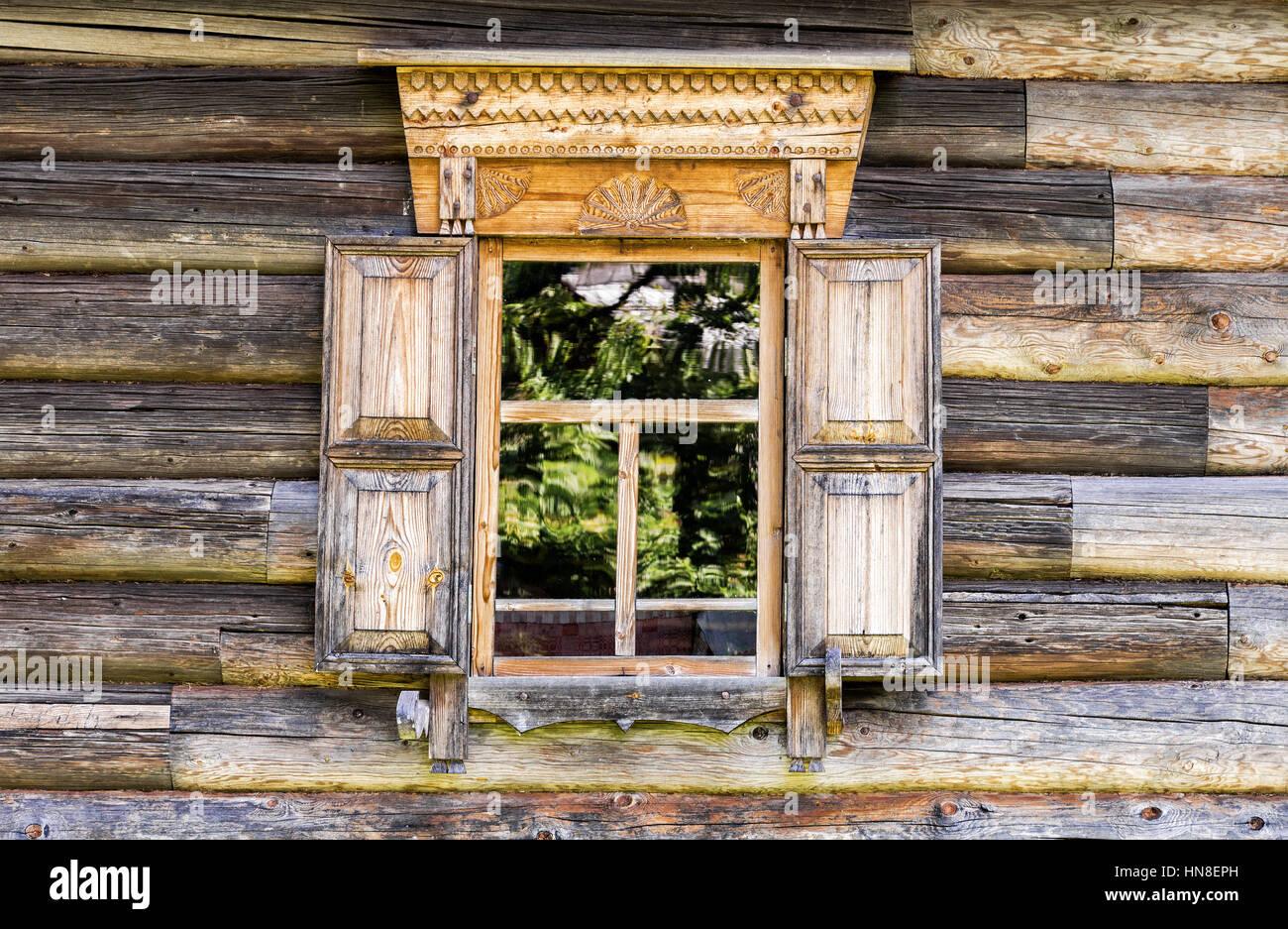 Rivestimento Casa In Legno : Finestra di log vecchi casa scolpito con rivestimento in legno