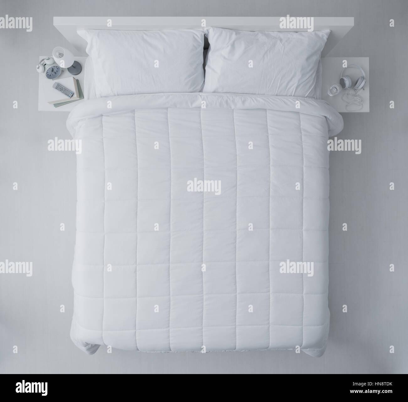 premium selection c12fa dcfc2 Elegante camera da letto con piumini e lenzuola bianchi ...