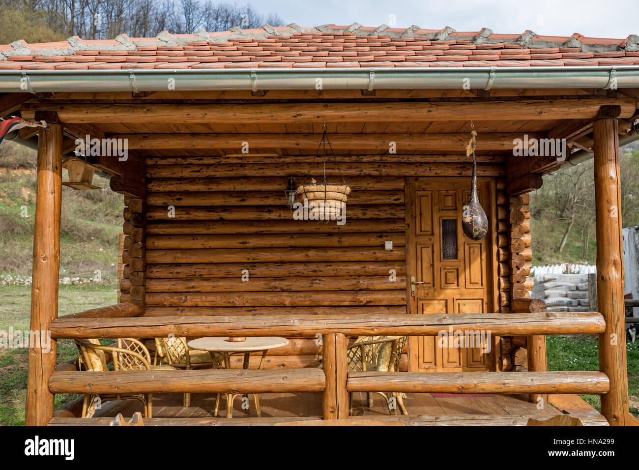 Case Di Tronchi Di Legno : Portico sul case fatte di tronchi di legno con mobili da giardino di