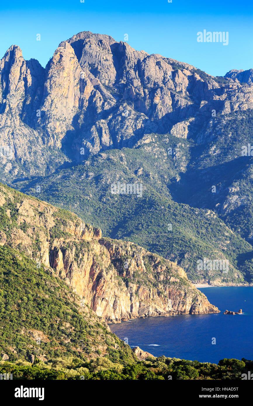 Il golfo di Porto con il picco di Capo D'Orto, Corsica, Francia Immagini Stock