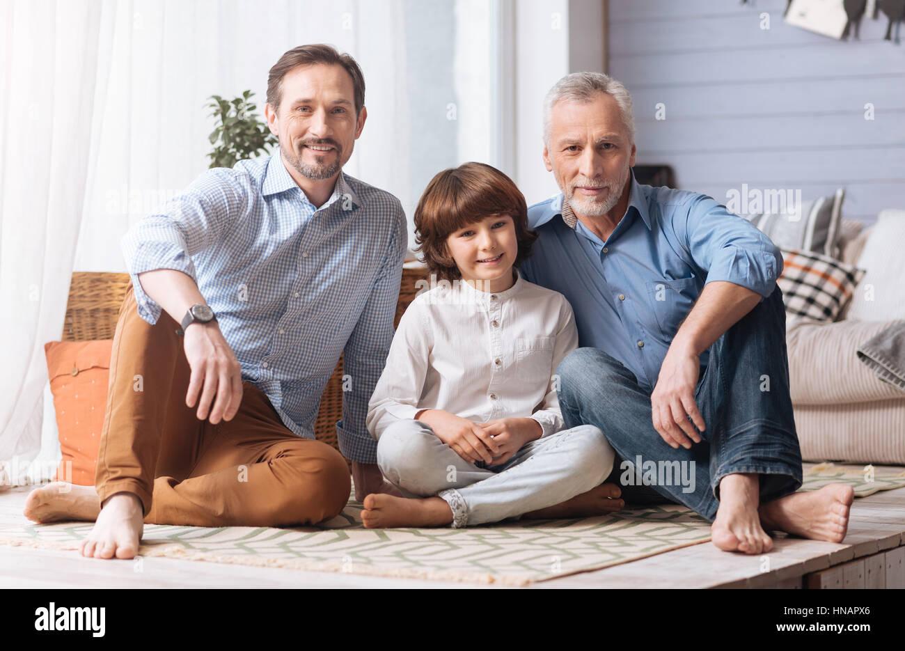 Bella famiglia amichevole seduti insieme Immagini Stock
