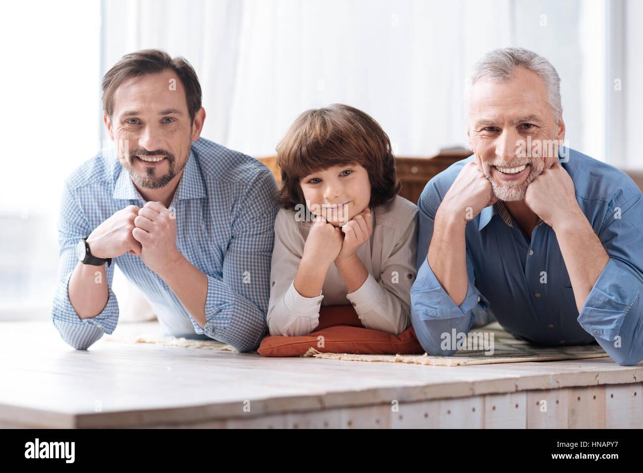 Positiva la famiglia felice guardando a voi Immagini Stock
