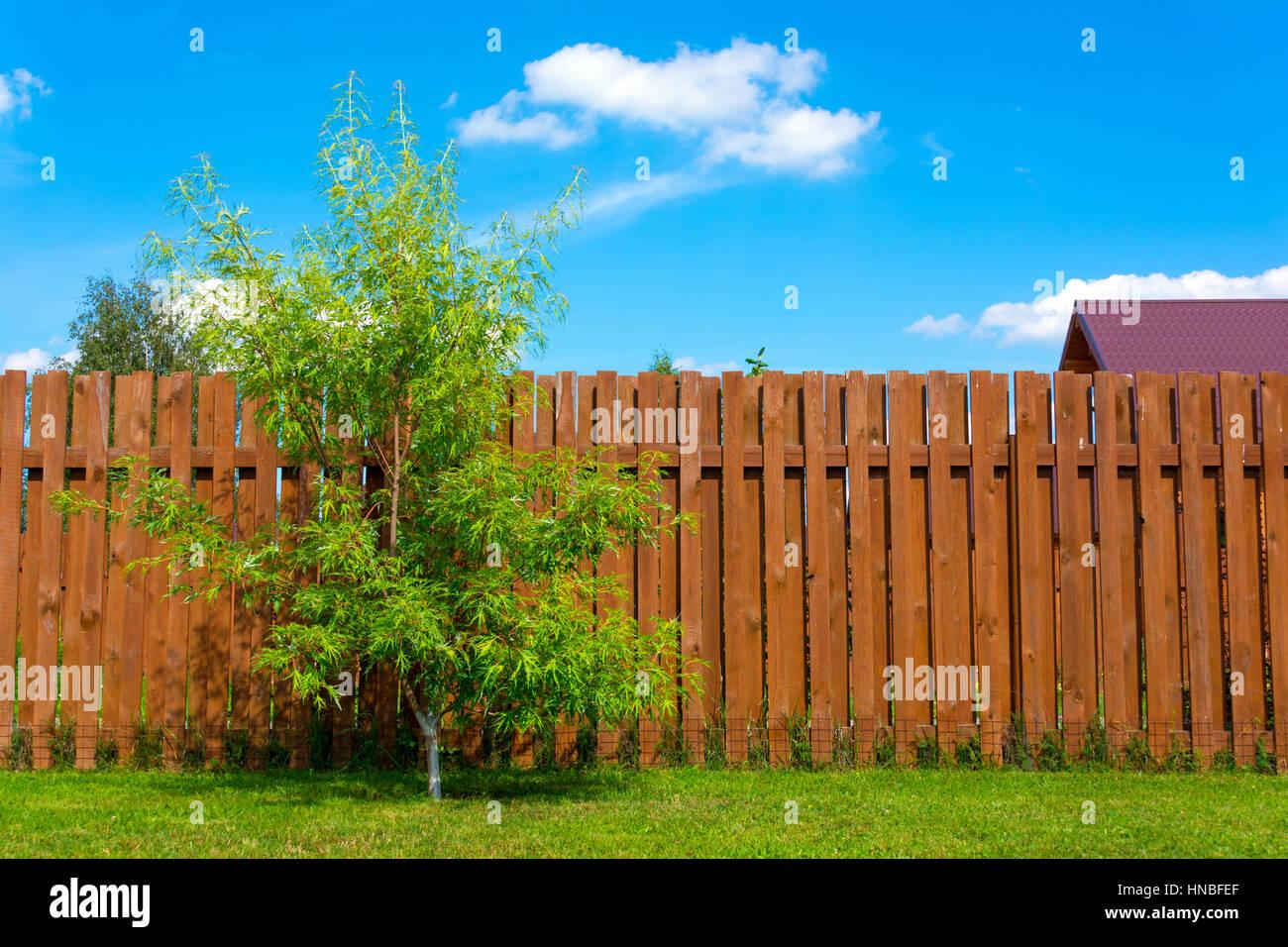 Recinzioni Per Case Di Montagna recinzione in legno in una casa di campagna foto & immagine