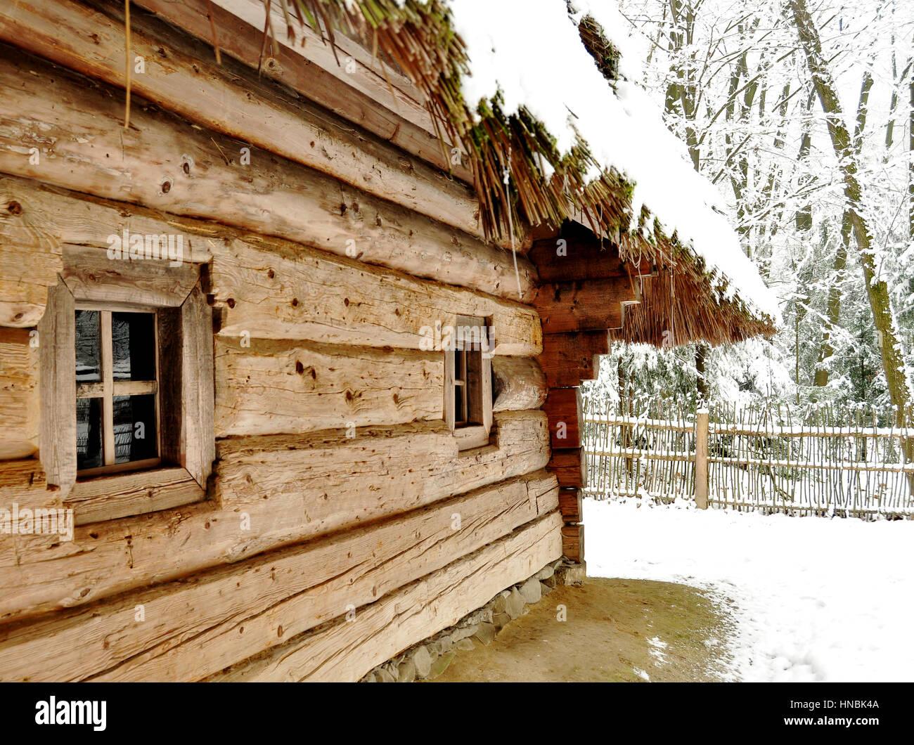 Una parete con piccole finestre di un vecchio villaggio di legno hut ...