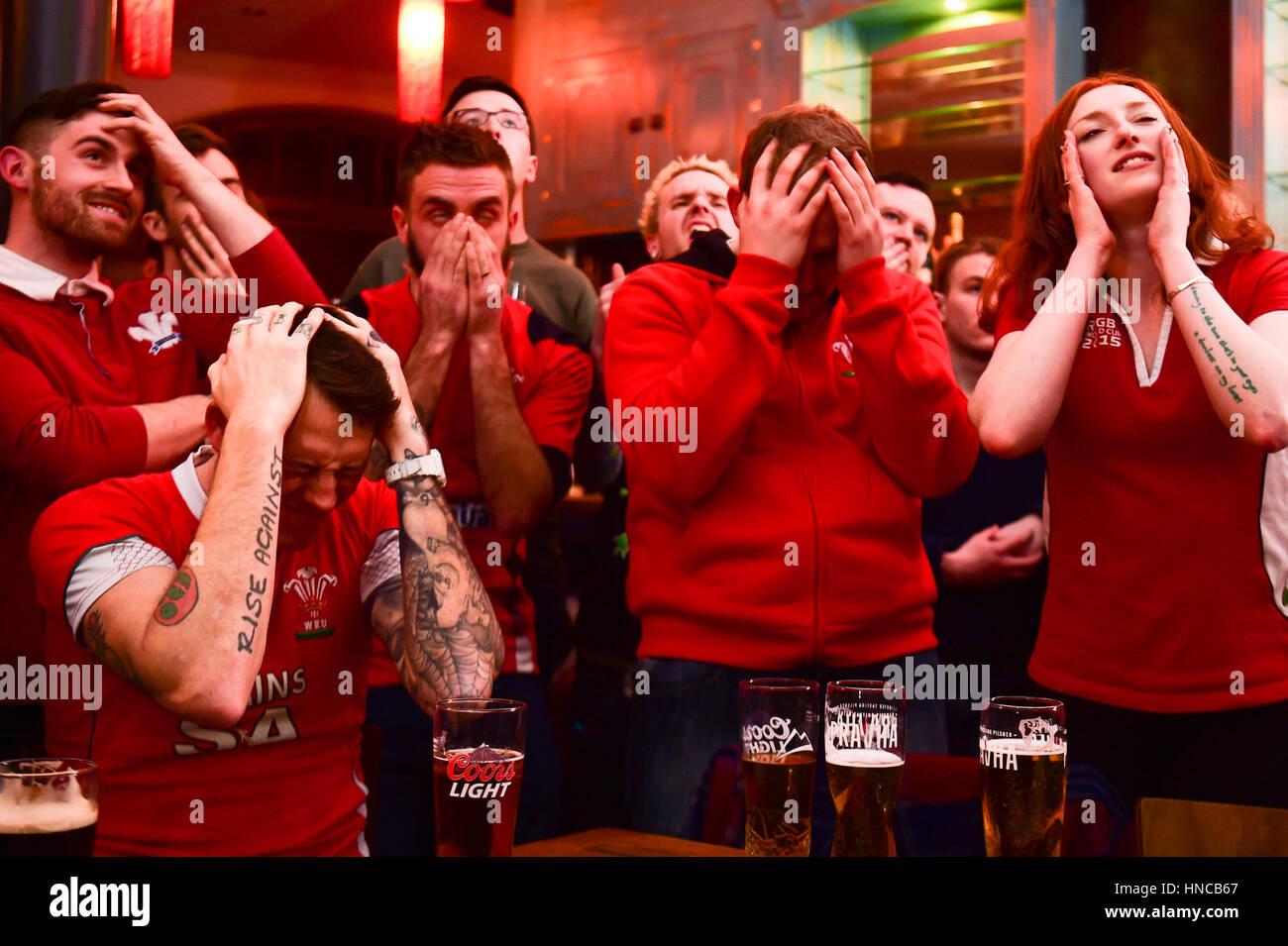 Regno Unito Sport: sconsolato rugby fan di guardare il Galles giocando contro l'Inghilterra del Sei Nazioni Immagini Stock