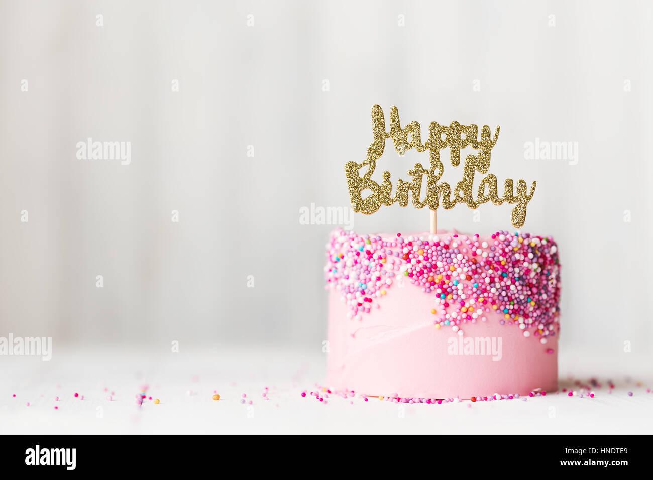 Torta di compleanno con banner scintillanti Immagini Stock