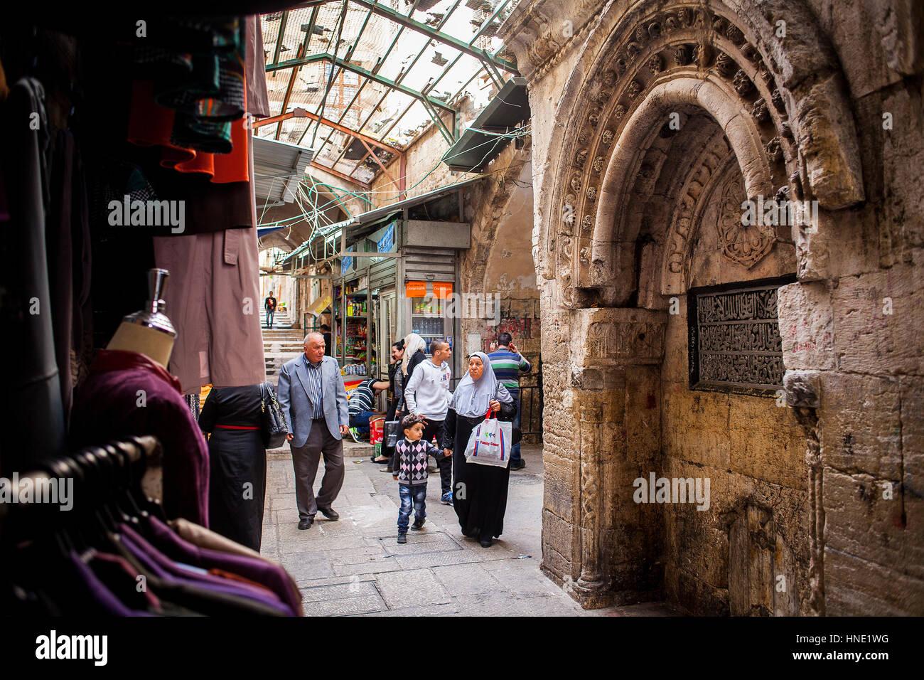 Uomo Donna e hiyab, Ala'e Din street, il Quartiere Musulmano,Città Vecchia di Gerusalemme, Israele. Immagini Stock