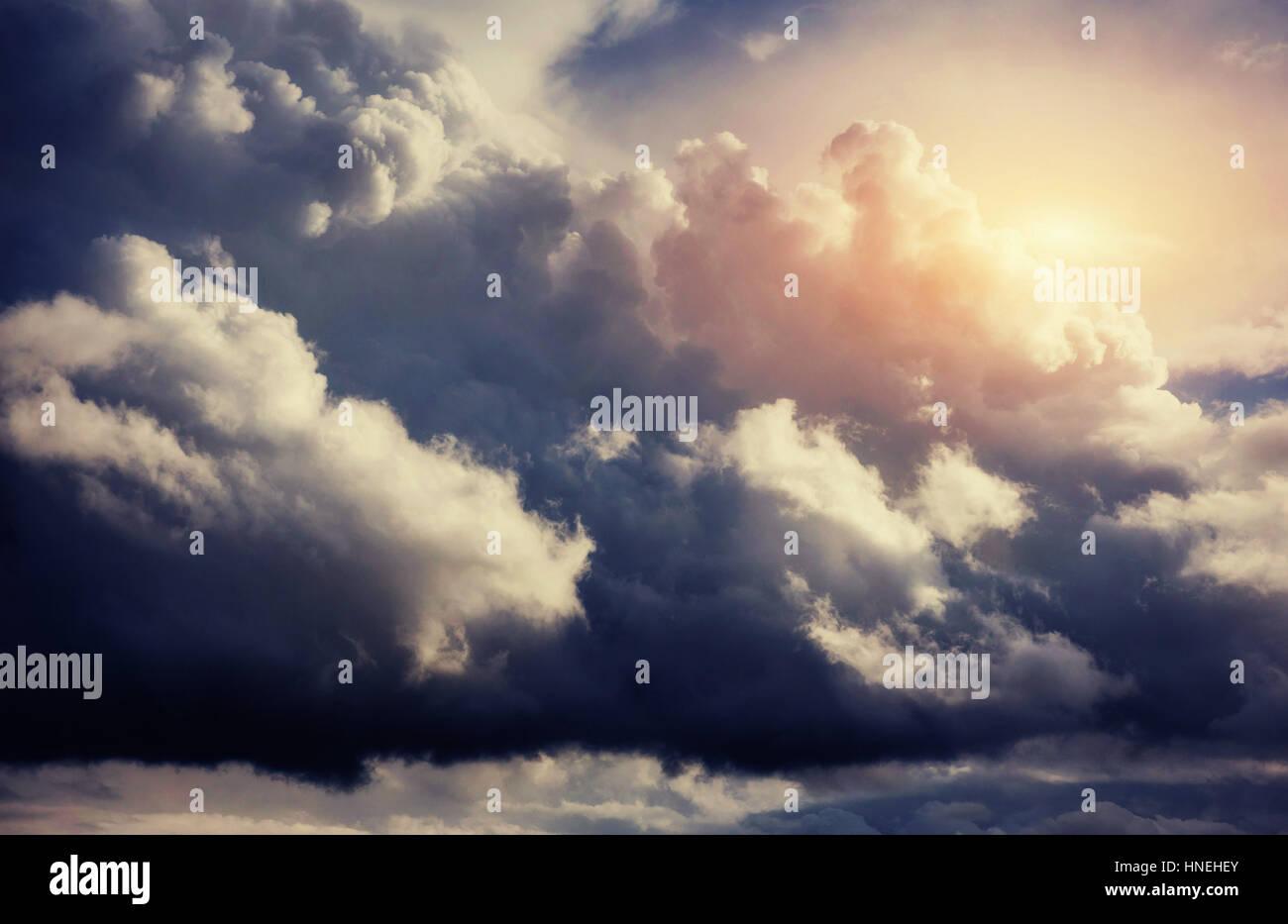 Paesaggio estivo bella cumulus nubi. Immagini Stock
