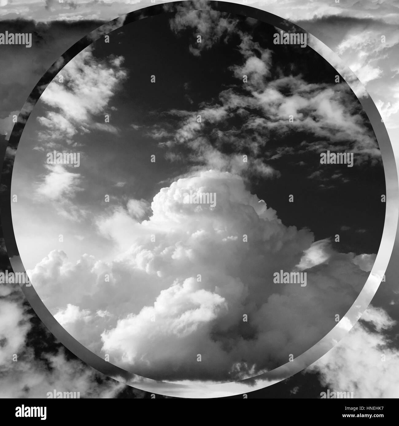 Paesaggio estivo. Bella cumulus nubi nero - bianco. Immagini Stock